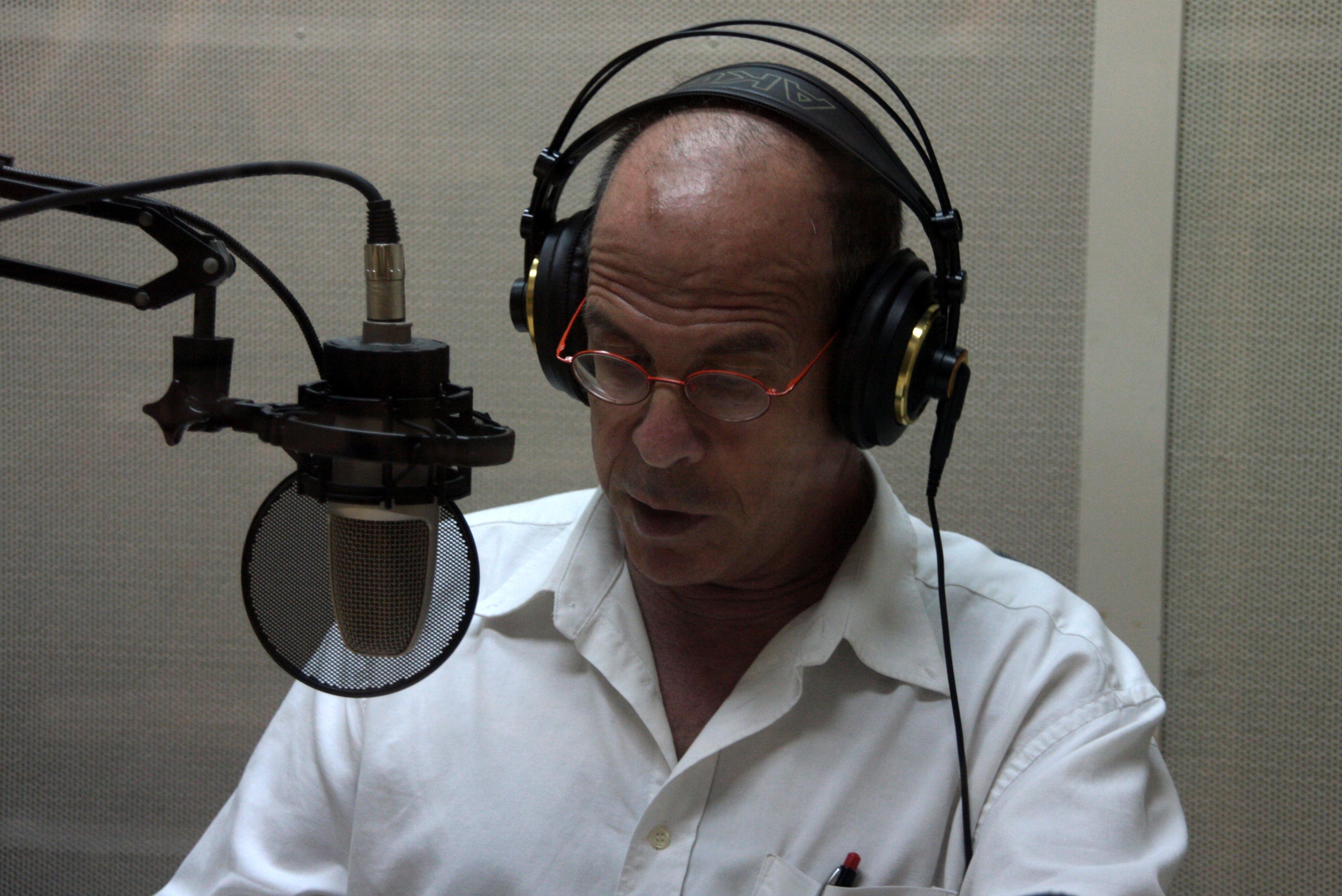 הסופר מאיר שלו מקליט באולפני הספריה